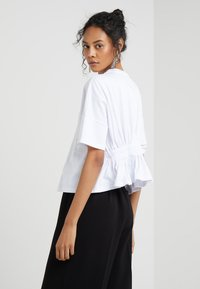 Opening Ceremony - OVERSIZED BOXY SHIRT - Camiseta estampada - optic white - 2