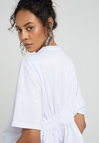 Opening Ceremony - OVERSIZED BOXY SHIRT - Camiseta estampada - optic white - 3