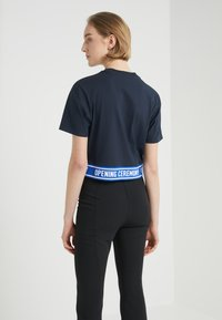 Opening Ceremony - CROPPED LOGO TEE - T-shirts print - collegiate navy - 2