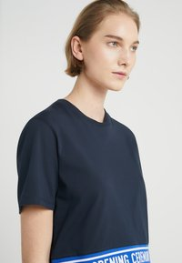 Opening Ceremony - CROPPED LOGO TEE - T-shirts print - collegiate navy - 3