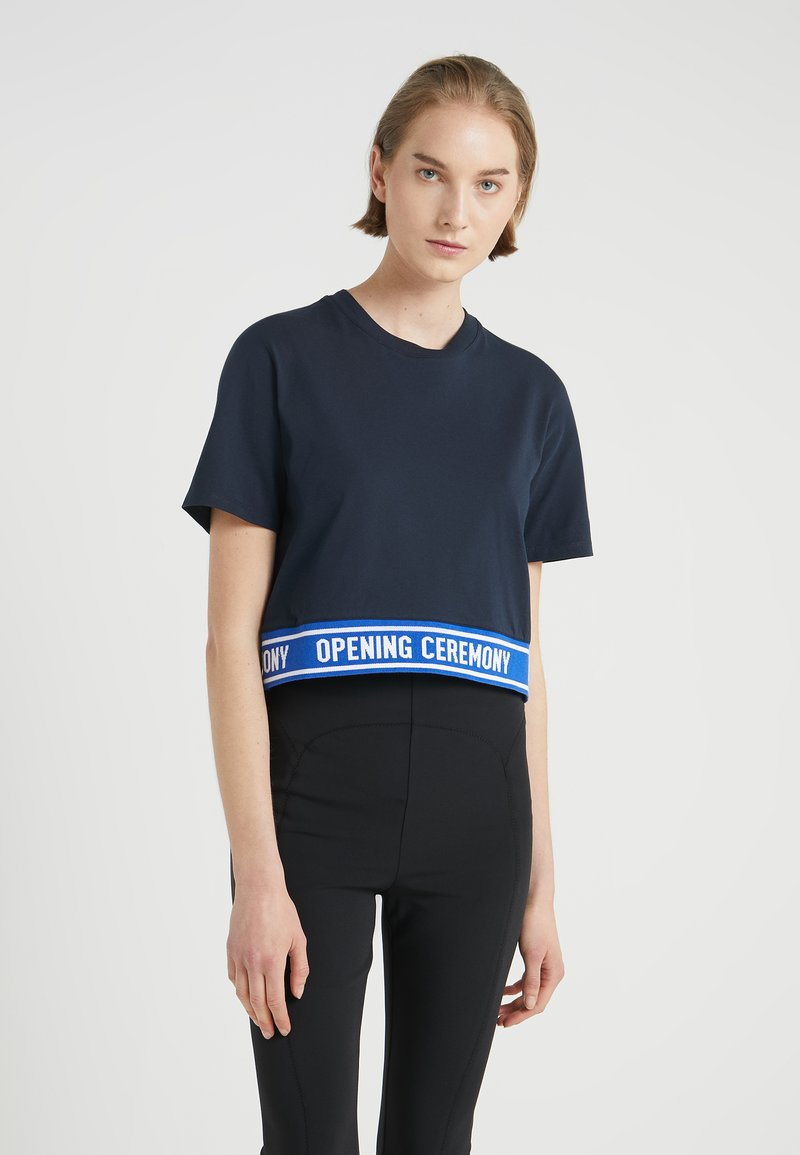 Opening Ceremony - CROPPED LOGO TEE - T-shirt imprimé - collegiate navy