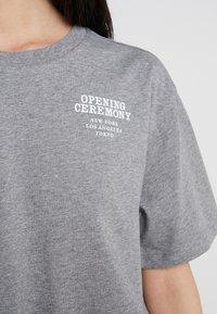 Opening Ceremony - RUFFLE PEPLUM TEE - T-shirts print - heather grey - 6
