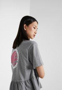 Opening Ceremony - RUFFLE PEPLUM TEE - T-shirts print - heather grey - 3