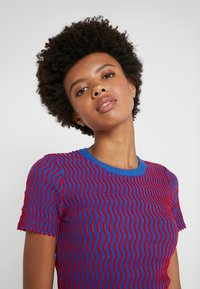 Opening Ceremony - SQUIGGLE  - T-shirts print - cobalt cranberry - 4