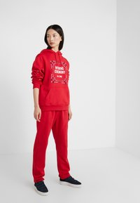 Opening Ceremony - BANDANA BOX HOODIE - Bluza z kapturem - red - 1