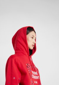 Opening Ceremony - BANDANA BOX HOODIE - Bluza z kapturem - red - 3