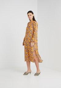 CECILIE copenhagen - SANTENA DRESS - Robe longue - amber - 1