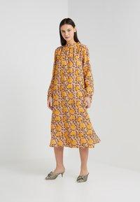 CECILIE copenhagen - SANTENA DRESS - Robe longue - amber - 0