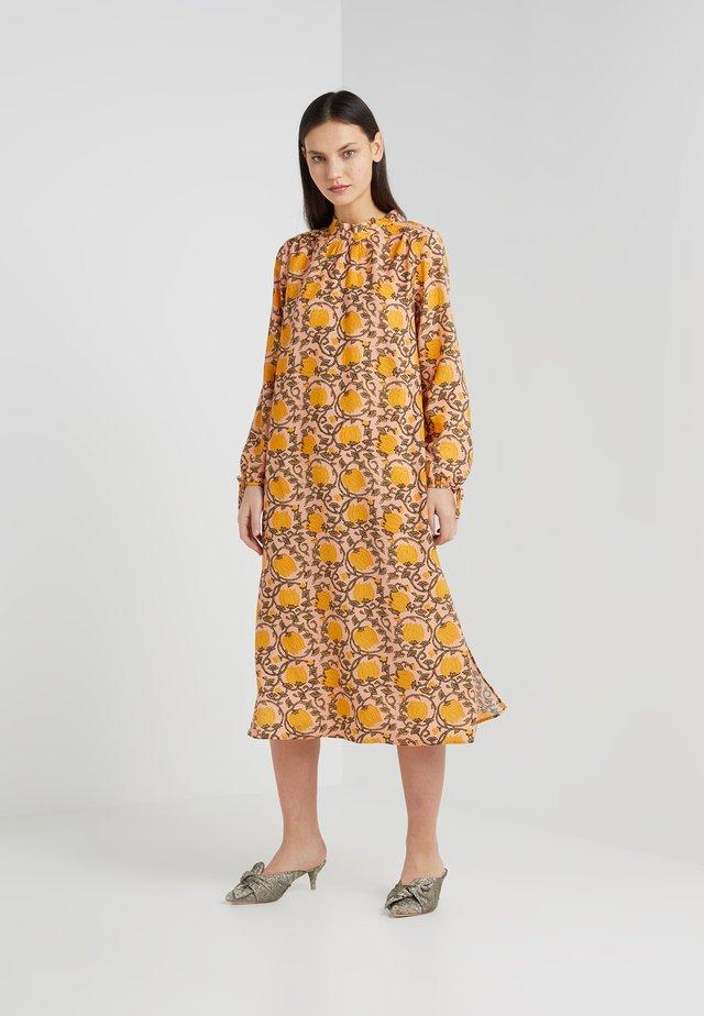 SANTENA DRESS - Maxikleid - amber