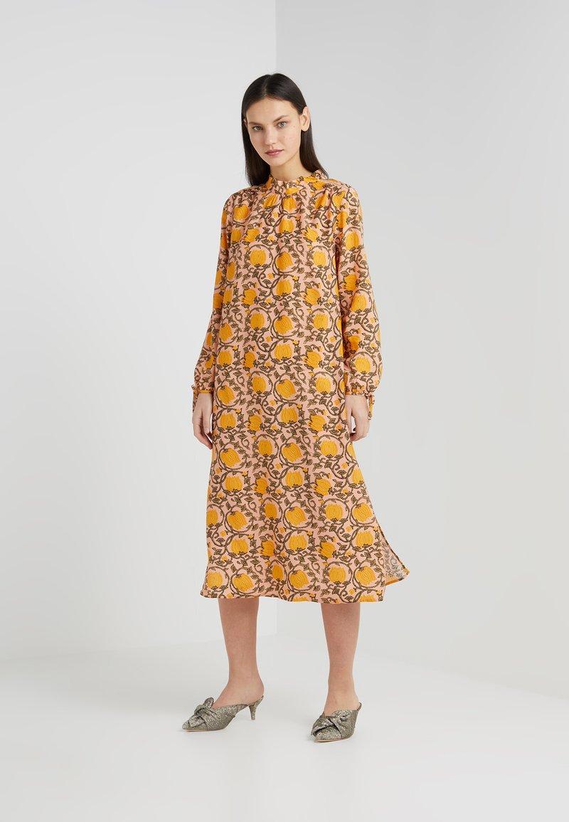 CECILIE copenhagen - SANTENA DRESS - Robe longue - amber