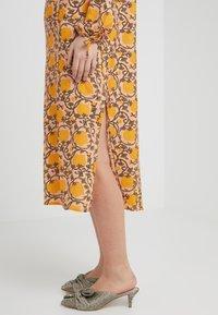 CECILIE copenhagen - SANTENA DRESS - Robe longue - amber - 3