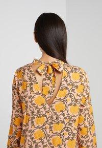 CECILIE copenhagen - SANTENA DRESS - Robe longue - amber - 5