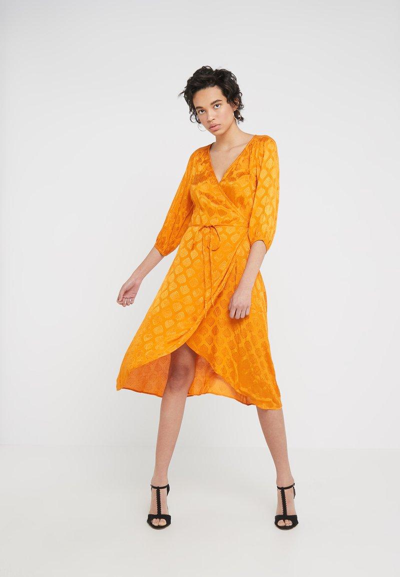 CECILIE copenhagen - WIONA DRESS - Sukienka koktajlowa - tumeric