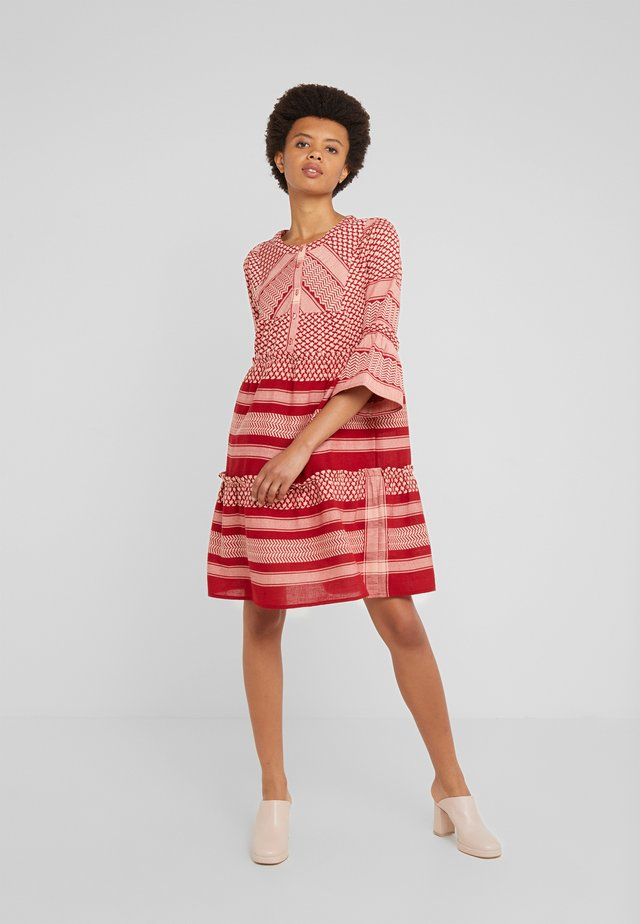JADE - Sukienka koszulowa - raspberry