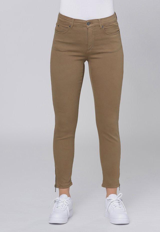 CERO & ETAGE PANTS - Slim fit jeans - camel