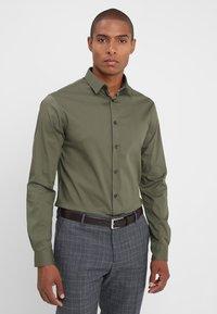 CELIO - MASANTAL - Camicia elegante - kaki - 0