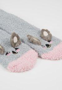 Chelsea Peers - KOALA FLUFFY EYE MASK SET - Ponožky - grey - 5