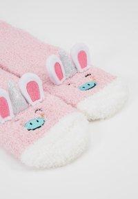 Chelsea Peers - UNICORN FLUFFY EYE MASK SET - Ponožky - pink - 5