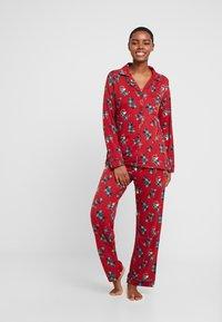 Chelsea Peers - TARTAN SCOTTY DOG LONG SET - Pyžamová sada - burgandy - 1