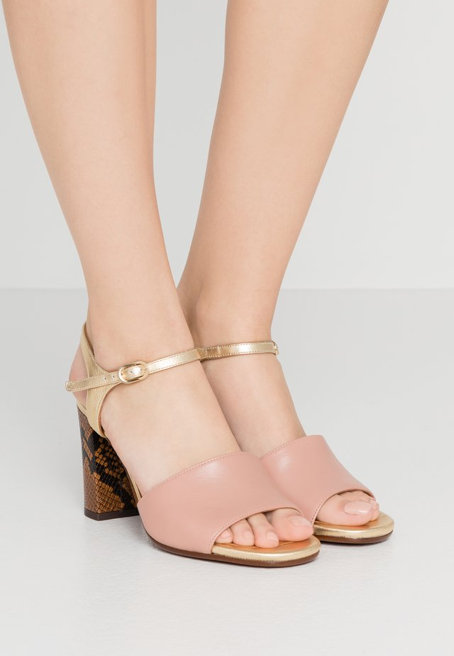 High heeled sandals - nude/oro