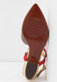 Chie Mihara - ROMANE - Classic heels - nude/humo/oro/rojo - 6