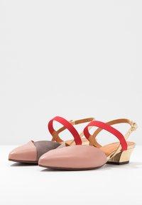 Chie Mihara - ROMANE - Classic heels - nude/humo/oro/rojo - 4