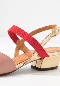 Chie Mihara - ROMANE - Classic heels - nude/humo/oro/rojo - 2