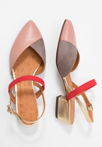 Chie Mihara - ROMANE - Classic heels - nude/humo/oro/rojo - 3