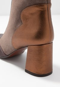 Chie Mihara - MOIRA - Bottines - barna grape/humo/picasso bronce