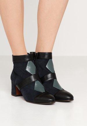 NICOLA - Boots à talons - multicolor