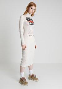 Cheap Monday - DAMNED DRESS LOVE POSTER - Žerzejové šaty - strange white - 0