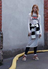 Cheap Monday - DAMNED DRESS LOVE POSTER - Žerzejové šaty - strange white - 4