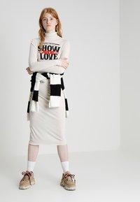 Cheap Monday - DAMNED DRESS LOVE POSTER - Žerzejové šaty - strange white - 1