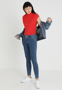 Cheap Monday - DIG - T-shirt basic - red - 1
