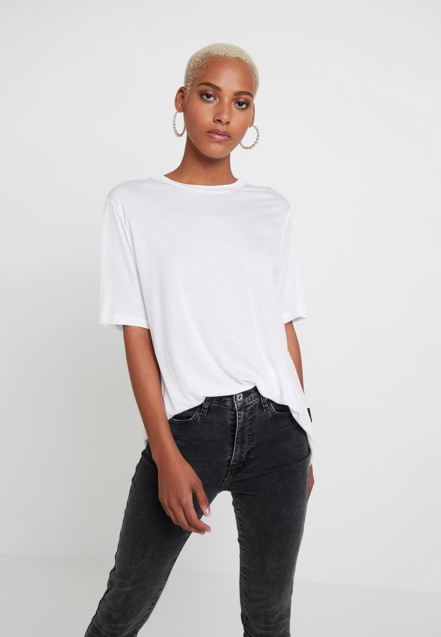 PERFECT SLICE TEE - Triko s potiskem - white