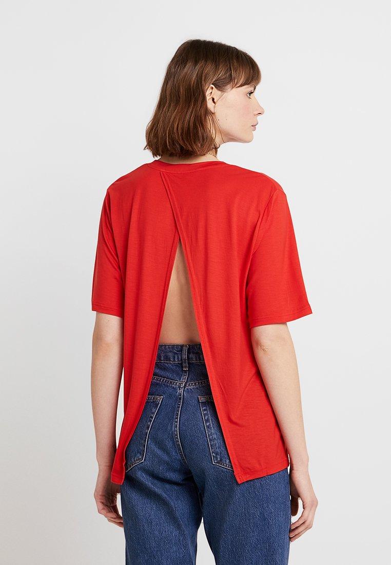 Cheap Monday - PERFECT SLICE TEE - Camiseta estampada - scarletred