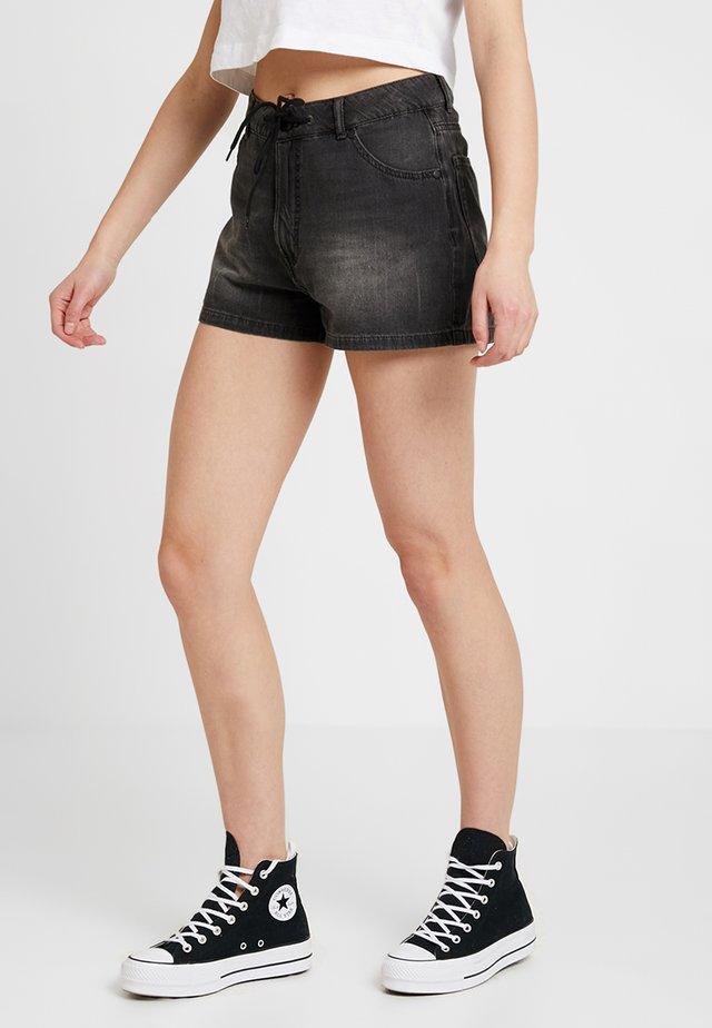 STREAK CRINKLE - Shorts di jeans - black