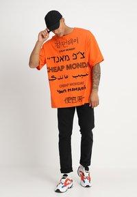 Cheap Monday - MEGA TEE LANGUAGE LOGO - T-shirt imprimé - orange - 1