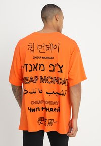 Cheap Monday - MEGA TEE LANGUAGE LOGO - T-shirt imprimé - orange - 2
