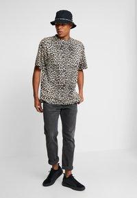 Cheap Monday - UNI TEE - T-shirts med print - cheetah sand - 1