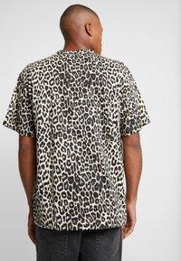 Cheap Monday - UNI TEE - T-shirts med print - cheetah sand - 2