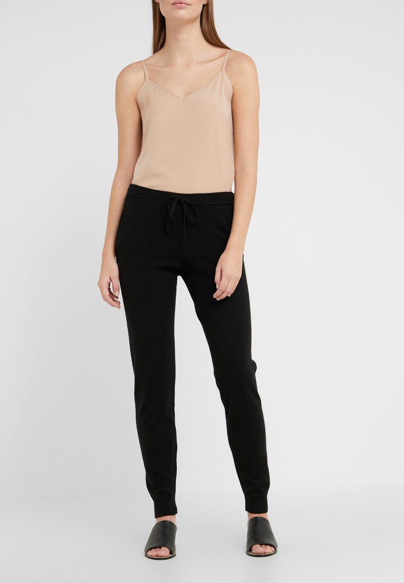 CHINTI & PARKER - ESSENTIALS TRACK PANT - Verryttelyhousut - black