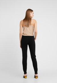 CHINTI & PARKER - ESSENTIALS TRACK PANT - Pantalon de survêtement - black - 2