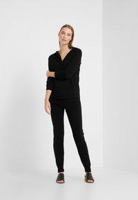 CHINTI & PARKER - ESSENTIALS TRACK PANT - Pantalon de survêtement - black - 1
