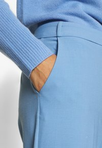 CHINTI & PARKER - CROPPED TROUSER - Bukse - sky blue - 4