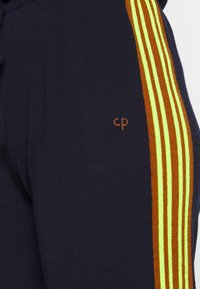 CHINTI & PARKER - VERTICAL STRIPE TRACK PANT - Joggebukse - navy/berry/fluro yellow - 5