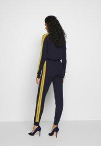 CHINTI & PARKER - VERTICAL STRIPE TRACK PANT - Joggebukse - navy/berry/fluro yellow - 2