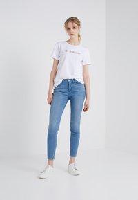 CHINTI & PARKER - HELLO HELLO TEE - Print T-shirt - white - 1