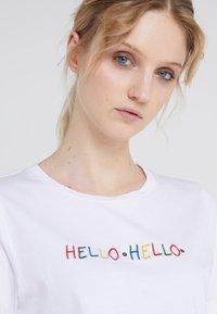 CHINTI & PARKER - HELLO HELLO TEE - Print T-shirt - white - 4