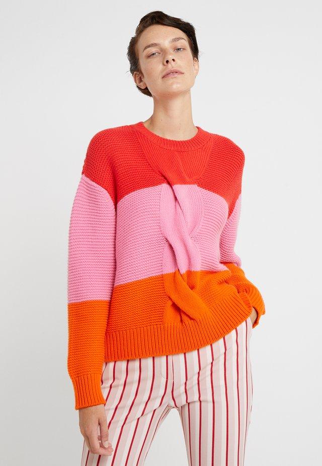 GIANT CABLE SWEATER - Stickad tröja - bright red/peony/true orange